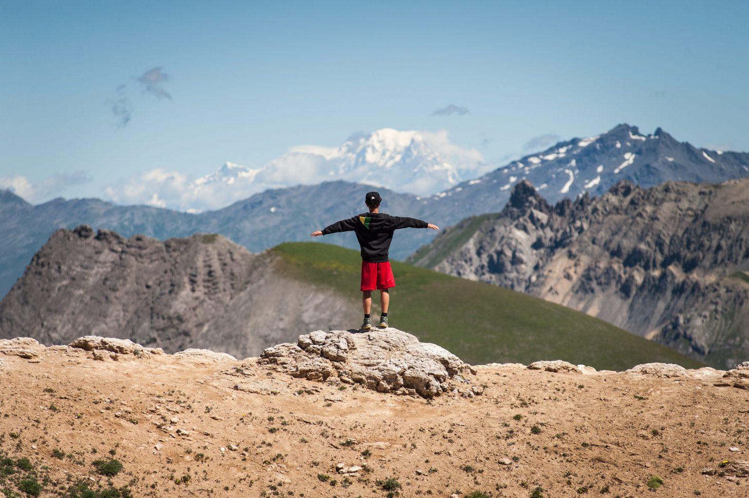 Homme avec vue sur montagne à valloire