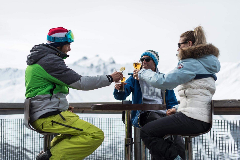 Apéro entre amis au ski