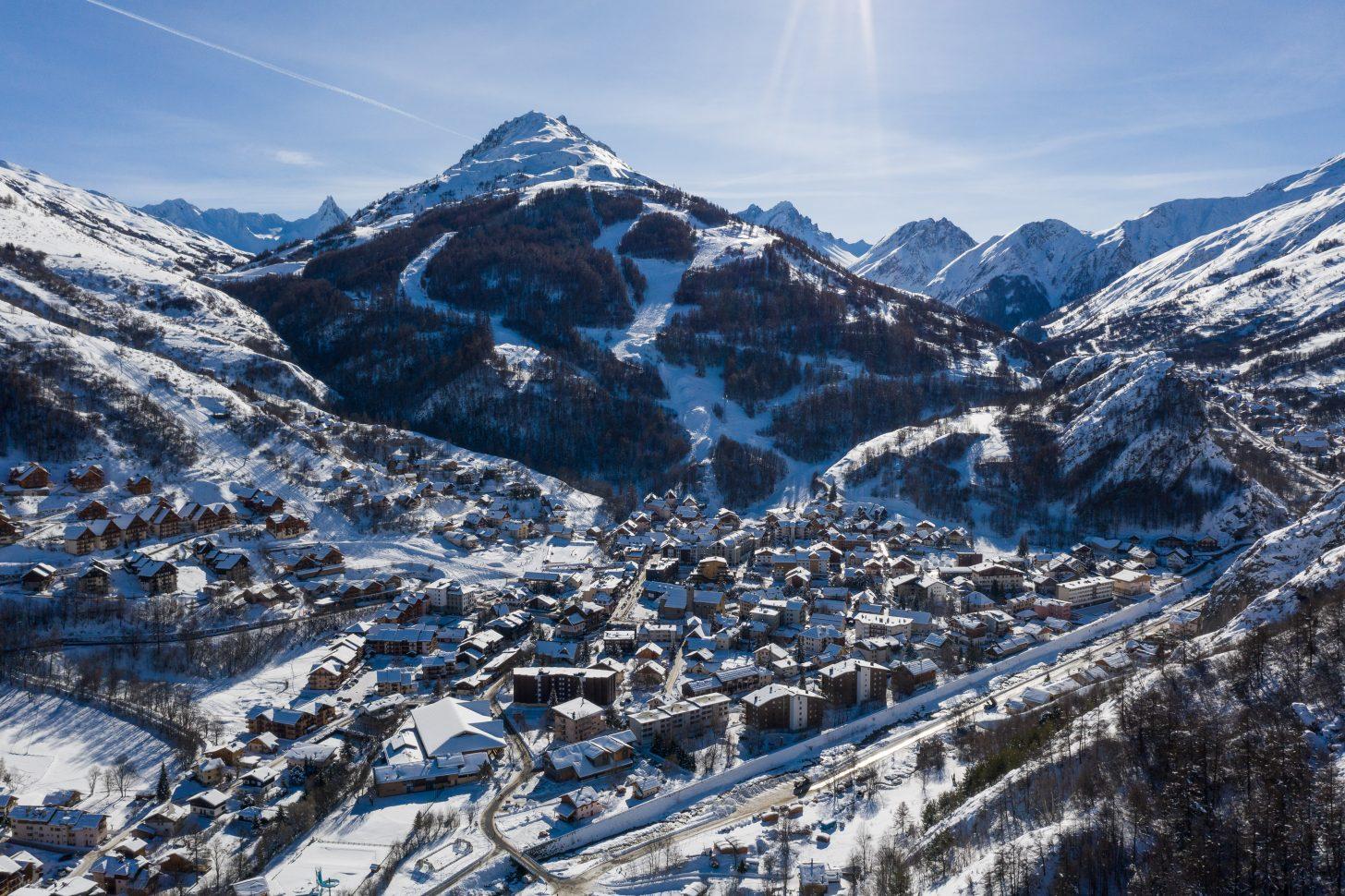 Vue sur Valloire et le domaine skiable massif de la sétaz en hiver